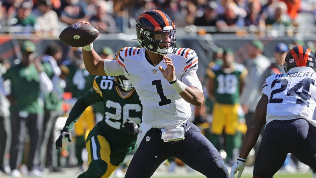 Bears-Buccaneers Preview: Chicago 'Very Smart In How They Use Justin Fields,' Says CBS Sports' Phil Simms
